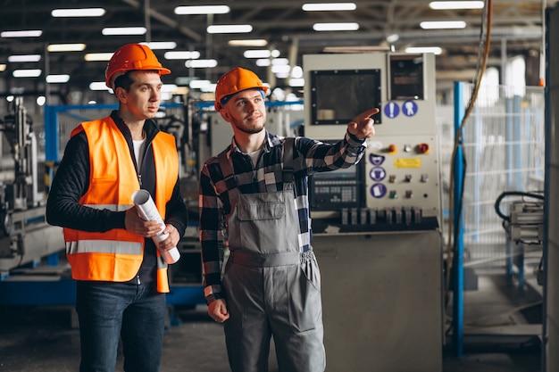 Twee collega's in een fabriek Gratis Foto