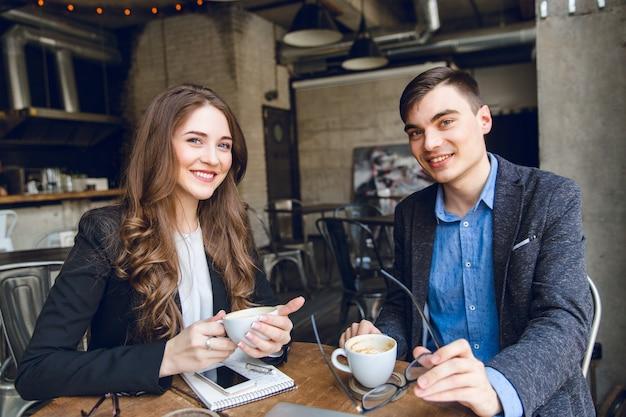Twee collega's zitten in een café Gratis Foto