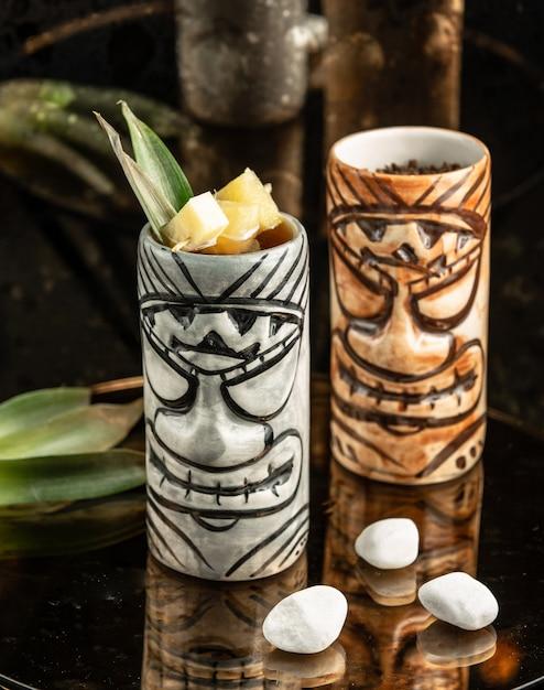 Twee creatieve kopjes cocktails Gratis Foto