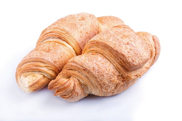 Twee croissants die op witte achtergrond worden geïsoleerd Premium Foto