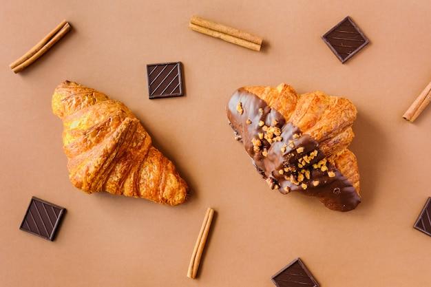 Twee croissantsachtergrond. Premium Foto