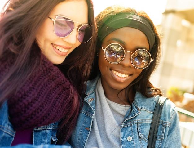 Twee gelukkige vrienden van kaukasische en afrikaanse etniciteit Premium Foto