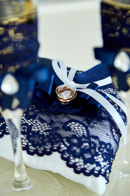 Twee glazen champagne en een kussen met trouwringen Premium Foto
