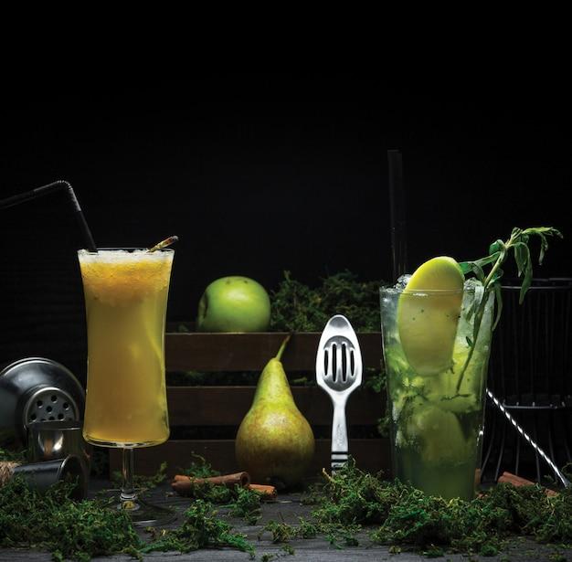 Twee glazen cocktails gemaakt van citroen, munt en peer, groene appel Gratis Foto