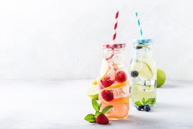 Twee glazen flessen met limonade Premium Foto