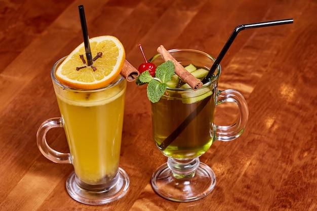 Twee glazen glühwein met sinaasappel en kaneelstokjes Premium Foto
