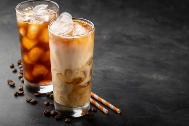 Twee glazen koude koffie op een donkere achtergrond. Premium Foto