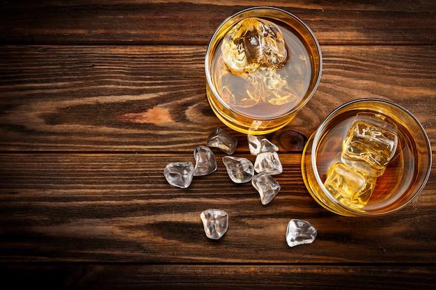 Twee glazen met ijs en whisky (bovenaanzicht) Premium Foto