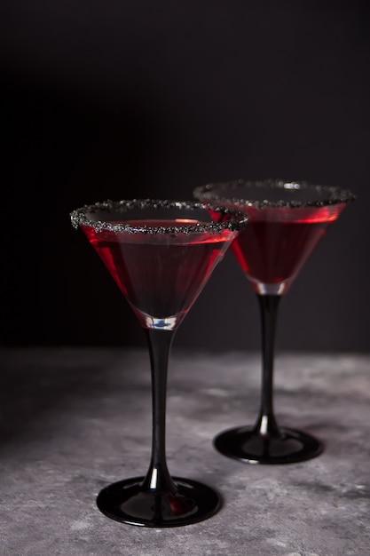 Twee glazen met rode cocktail voor halloween-feest Premium Foto