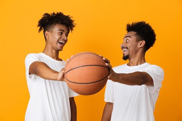 Twee glimlachende mannelijke vrienden in t-shirts Premium Foto