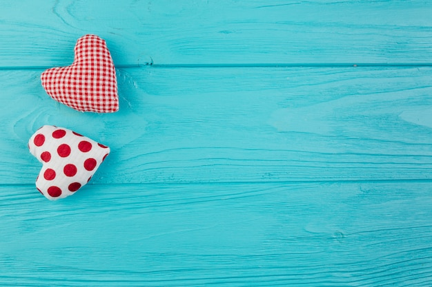 Twee handgemaakte harten op turquoise oppervlak Gratis Foto