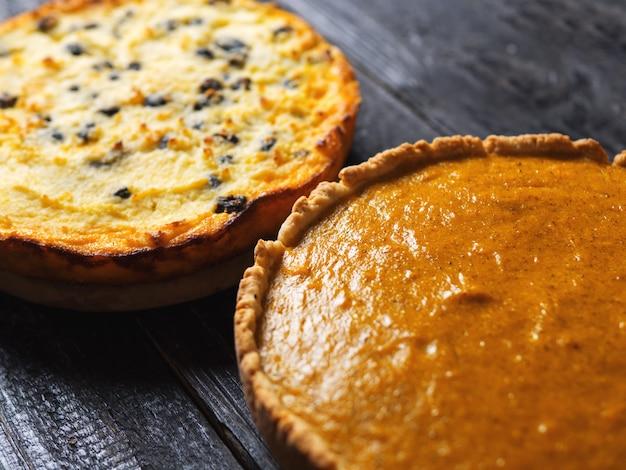 Twee herfsttaart. zelfgemaakte cake. traditionele pompoentaart voor thanksgiving en pompoenovenschotel Premium Foto