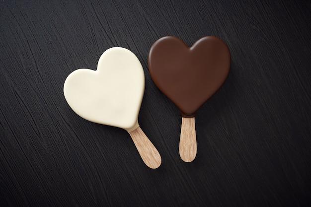 Twee ijsjes met een hartvorm Premium Foto