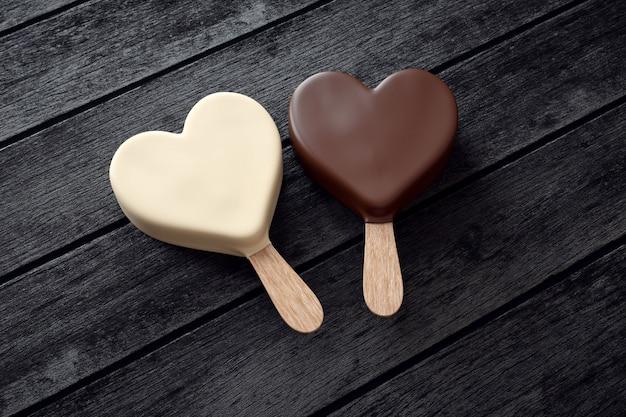 Twee ijsjes met hartvorm op hout Premium Foto