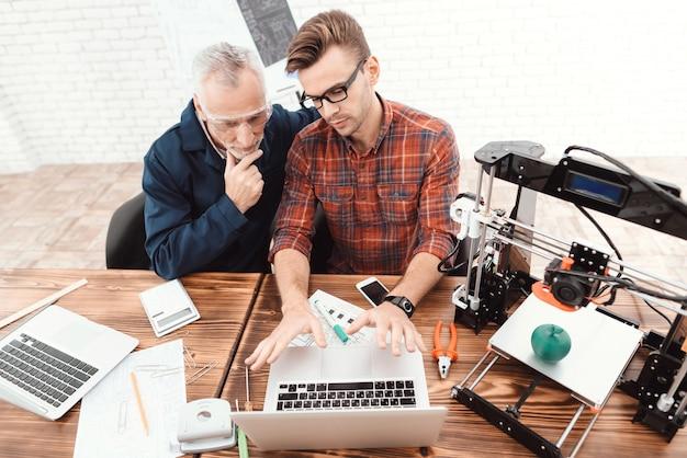Twee ingenieurs zijn bezig met het ontwerpen van modellen voor een 3d-printer Premium Foto