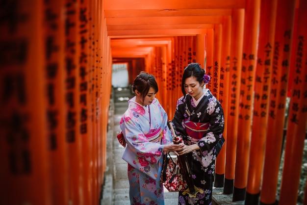 Twee japanse meisjes die kimono's traditionele kleding, levensstijlmomenten dragen Premium Foto