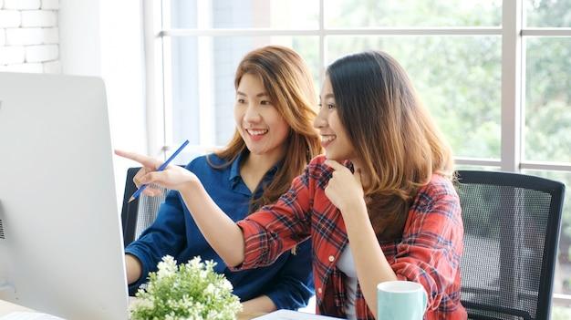 Twee jonge aziatische vrouwen die met computer thuis kantoor werken Premium Foto