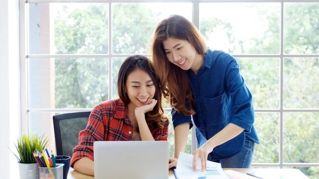 Twee jonge aziatische vrouwen die met laptops werken Premium Foto