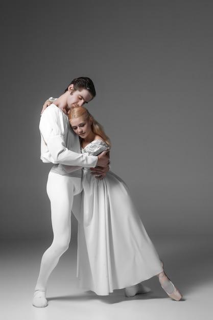 Twee jonge balletdansers oefenen. aantrekkelijke dansende artiesten in het wit Gratis Foto