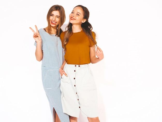 Twee jonge mooie glimlachende meisjes in trendy zomer casual kleding. sexy zorgeloze vrouwen. positieve modellen Gratis Foto