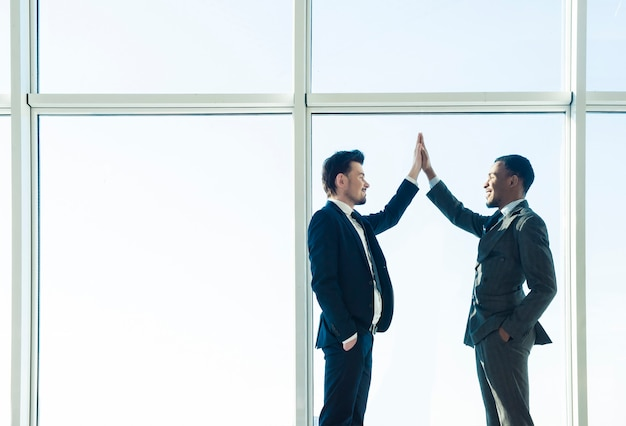 Twee jonge ondernemers schudden elkaar de hand. Premium Foto