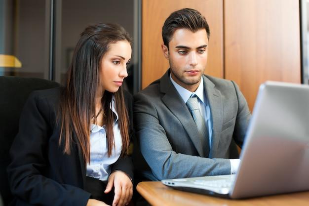 Twee jonge partners die plannen of ideeën bespreken op vergadering Premium Foto
