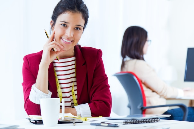 Twee jonge zakenvrouwen werken in haar kantoor. Gratis Foto