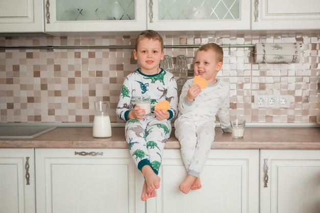 Twee jongens ontbijten in de keuken Premium Foto