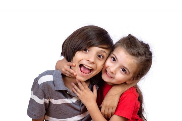 Twee kinderen knuffelen elkaar Premium Foto