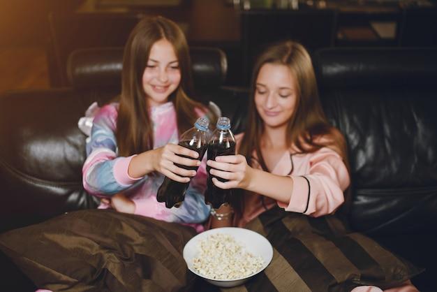 Twee kleine meisjes in een schattige pyjama Gratis Foto