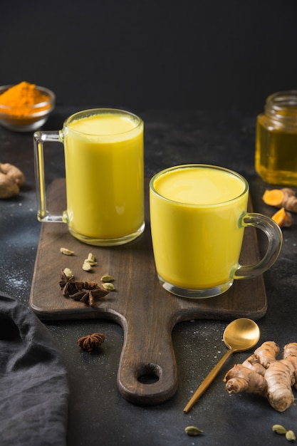 Twee kop gouden kurkuma latte melk Premium Foto