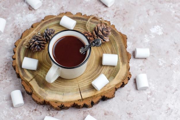Twee kop warme chocolademelk met marshmallow op licht Gratis Foto