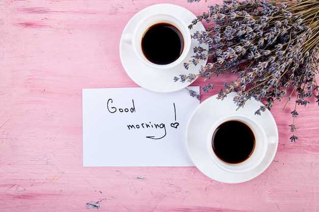 Twee kopjes koffie met boeket bloemen lavendel Premium Foto