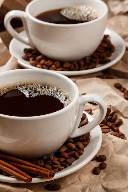 Twee kopjes koffie over verfrommeld papier Premium Foto