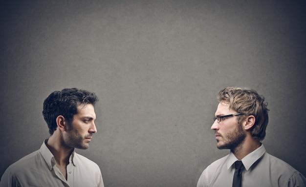 Twee man van aangezicht tot aangezicht Premium Foto