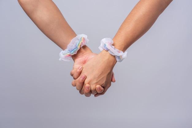 Twee mannen die van elkaar houden, staan hand in hand. Gratis Foto