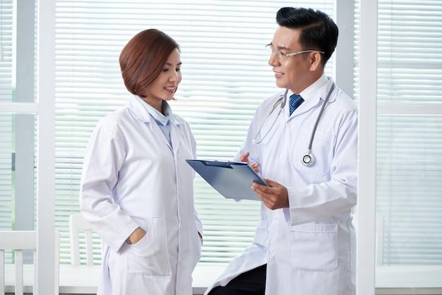 Twee medische collega's bespreken de agenda tijdens de briefing Gratis Foto