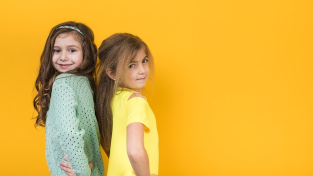 Twee meisjes die holdingshanden op taille bevinden zich Gratis Foto
