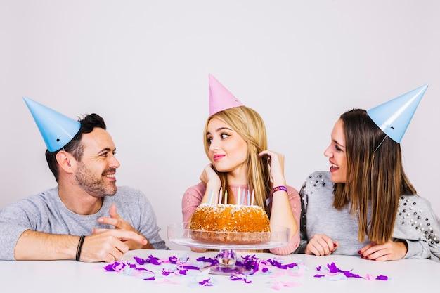 Twee Meisjes En Een Man Die Verjaardag Vieren Foto Gratis Download