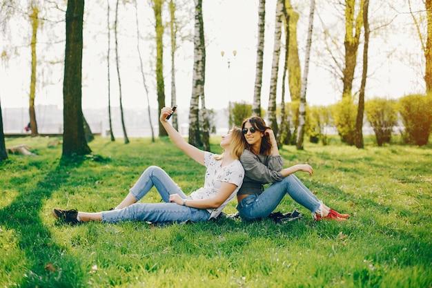 Twee meisjes in een zomerpark Gratis Foto