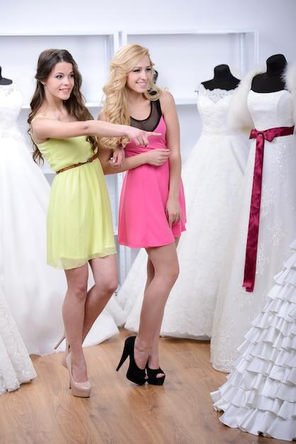 Twee meisjes kwamen naar de trouwjurkwinkel. Premium Foto
