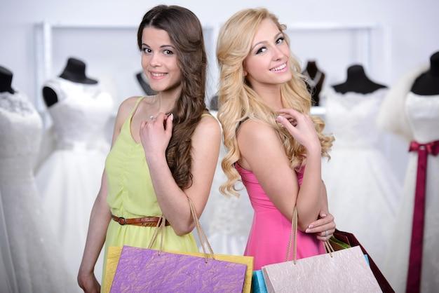 Twee meisjes kwamen naar de winkel om hun eigen tas te kiezen. Premium Foto