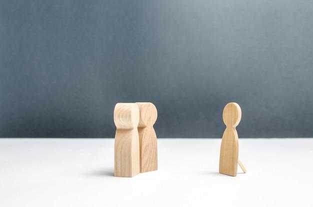 Twee menselijke figuren kijken naar een valse menselijke figuur Premium Foto
