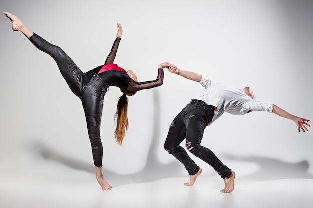 Twee mensen dansen Gratis Foto