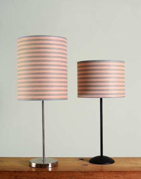 Twee metalen lampen met gestreepte tinten Premium Foto