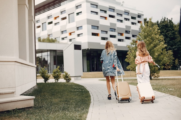 Twee mooie meisjes die zich bij de luchthaven bevinden Gratis Foto