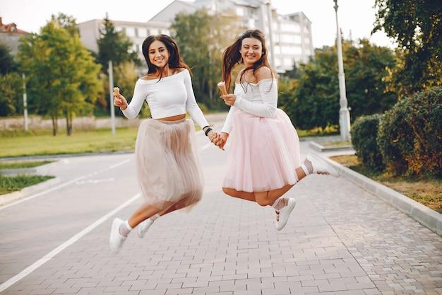 Twee mooie meisjes in een de zomerpark Gratis Foto