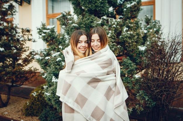 Twee mooie meisjes in een stad Gratis Foto