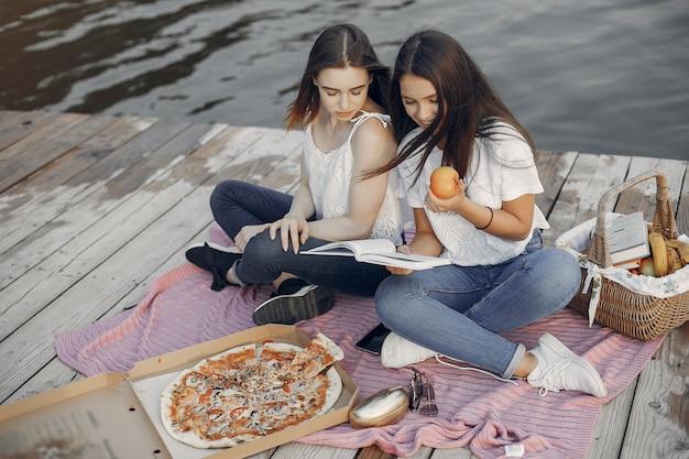 Twee mooie meisjes in een zomer park Gratis Foto