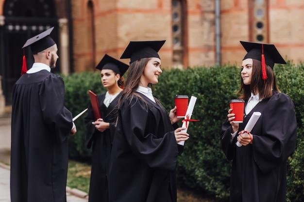 Twee mooie studenten die over examens spreken. afgeronde opleiding. Premium Foto